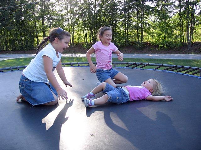 tři holčičky, trampolína, zahrada