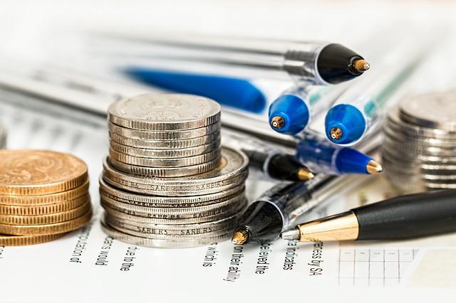 peníze a tužky