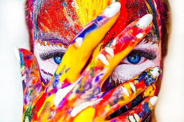 barvy na ruce a obličeji