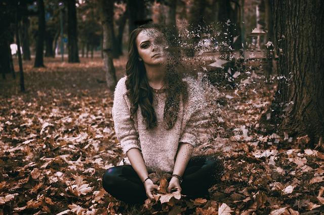 žena, která sedí v lese a jako by to nebyla ona, kus jí chyběl, odcházel z ní